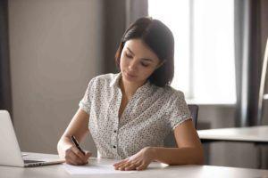 Junge Frau unterschreibt Einwilligungserkärung