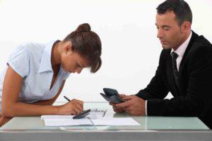 Mann und Frau rechnen die Mietvertrag Kosten aus