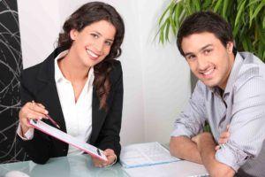Junge Anwältin erstellt Mietvertrag für einen Mandanten