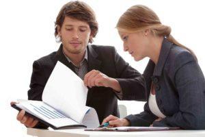 Anwalt und Anwältin prüfen den Mietvertrag
