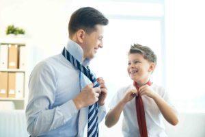 Vater mit Sohn im Unternehmen binden Krawatte