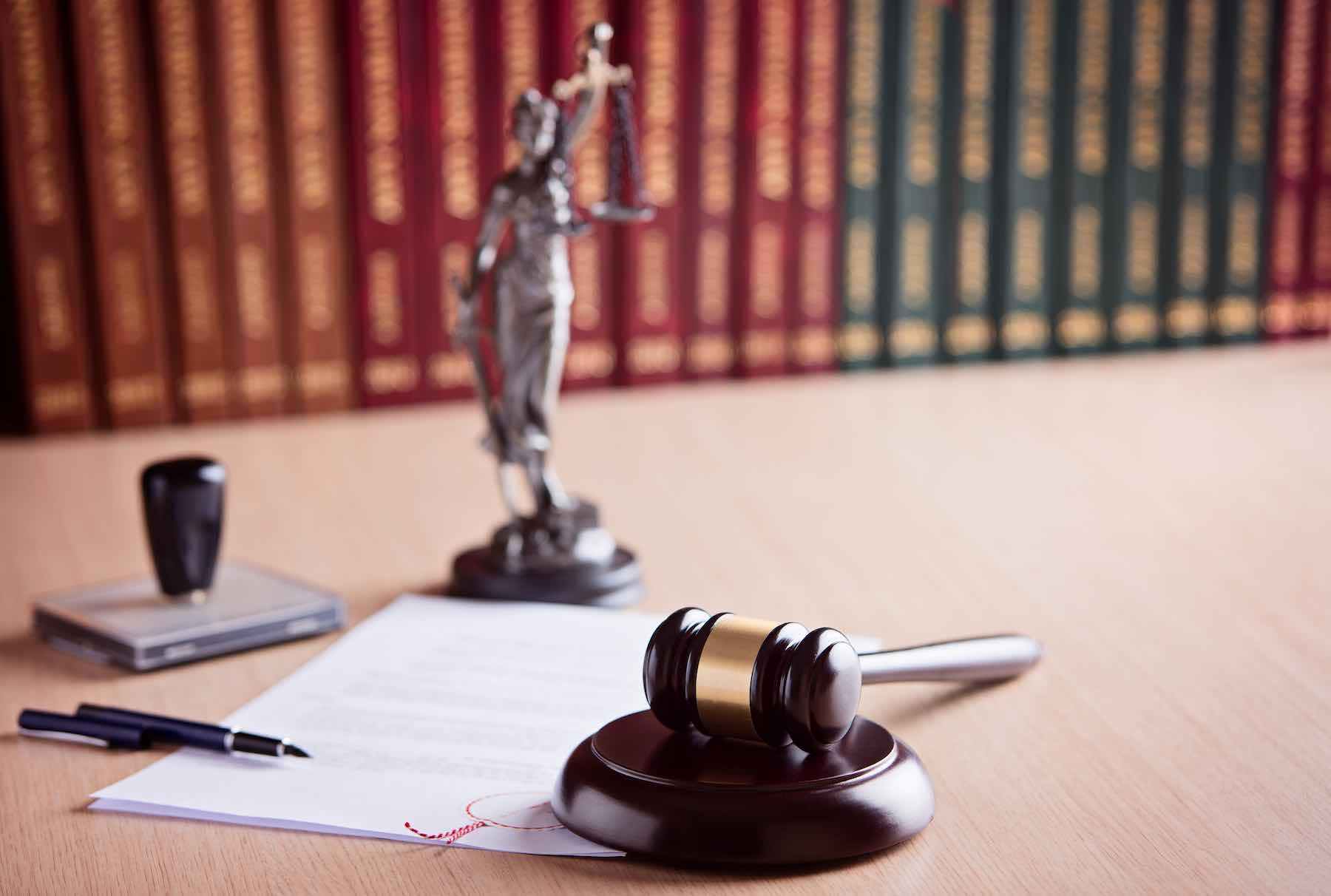 Gerichtshammer Urkunde Beratung