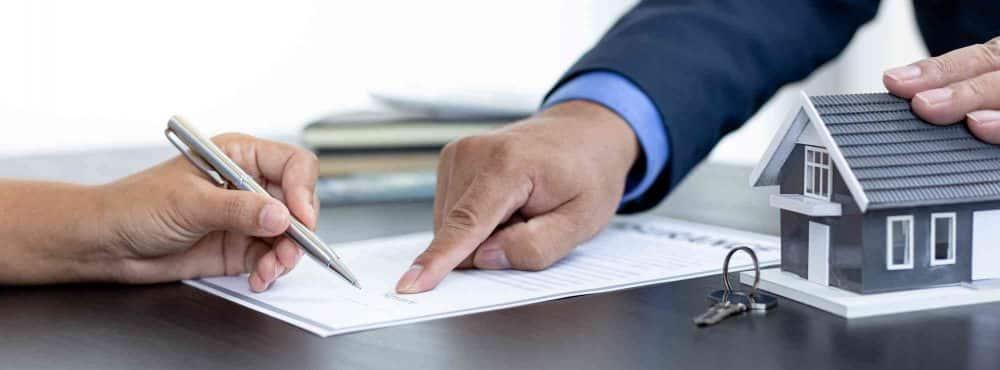 Finger zeigt auf Übergabevertrag