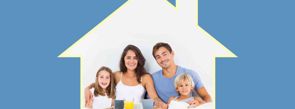 Familie sitzt im Haus und überlegen einen Bauvertrag