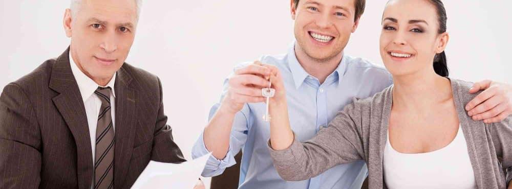Junges Paar lässt vom Anwalt Bauvertrag prüfen