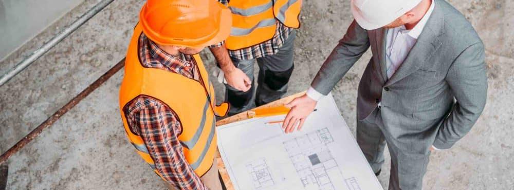 Drei Männer besprechen Bauplan