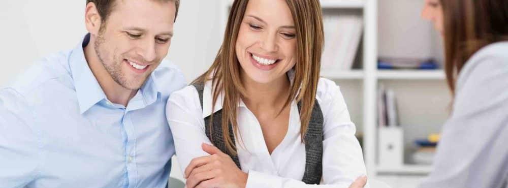 Paar informiert sich über das Thema Ehevertrag