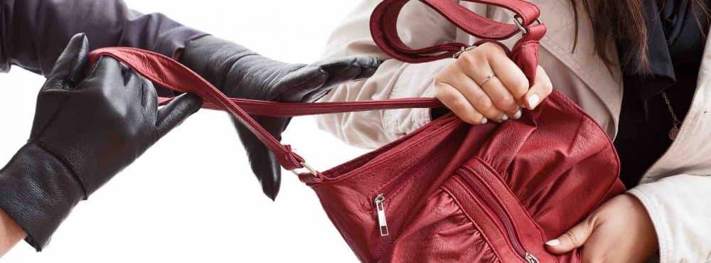 Mann reißt Frau Handtasche aus der Hand