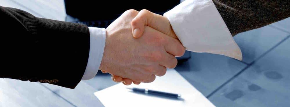 Männer schütteln Hände