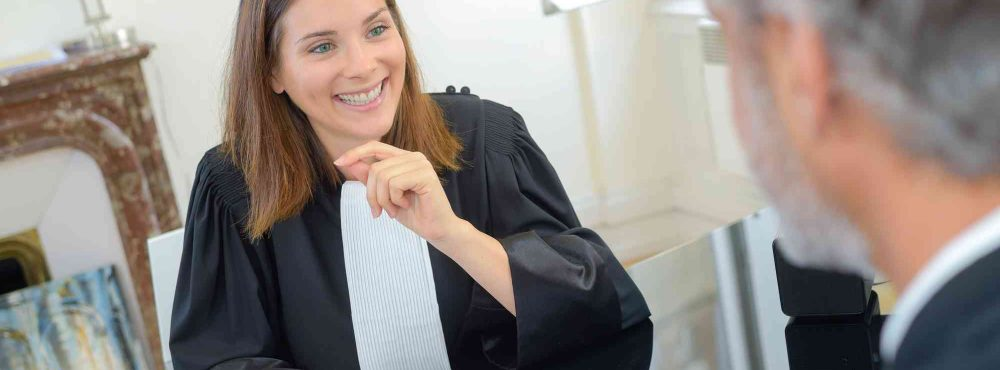 Anwältin lächelt Mandant an.