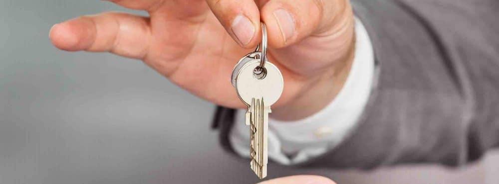Mann gibt Mann Schlüssel