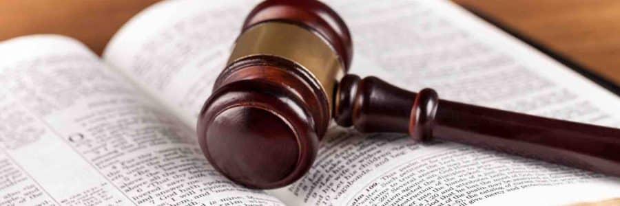 Gerichtshammer liegt am Rechtsbuch