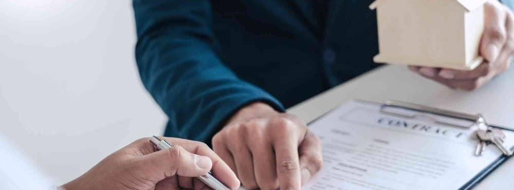 Hand zeigt auf Maklervertrag