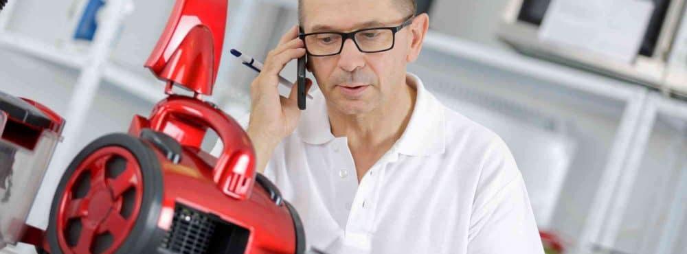 Mann ruft Kundendienst über Handy
