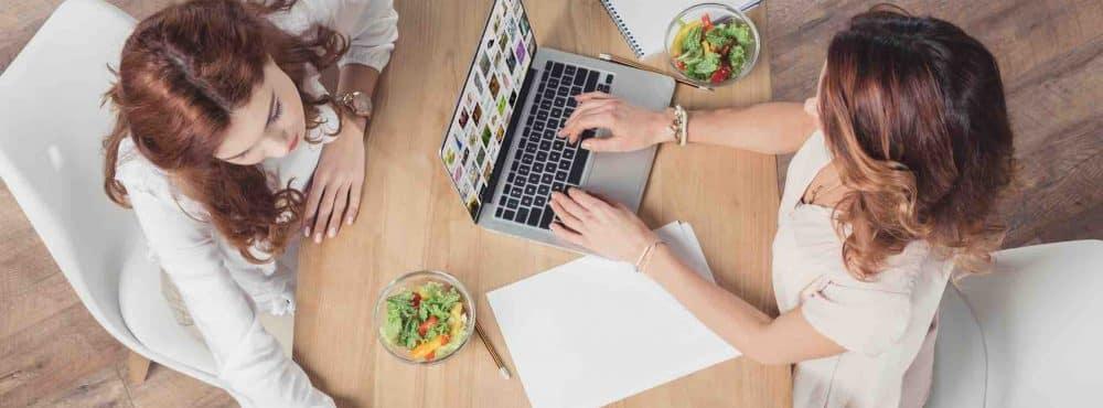 2 Unternehmerinnen recherchieren eine Marke