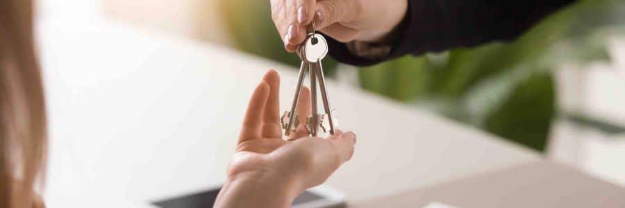 Mieter gibt dem Vermieter den Mietschlüssel zurück