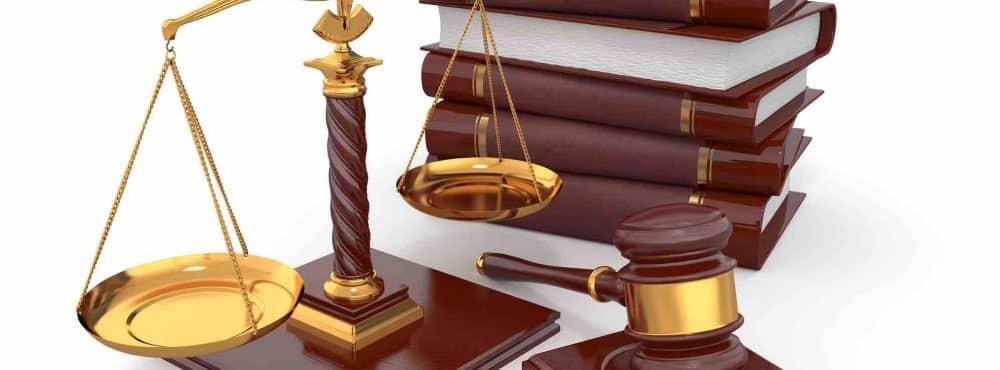 Gesetzbücher Richterhammer Waage