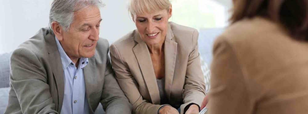 Ehepaar setzt Schenkungsvertrag beim Anwalt auf