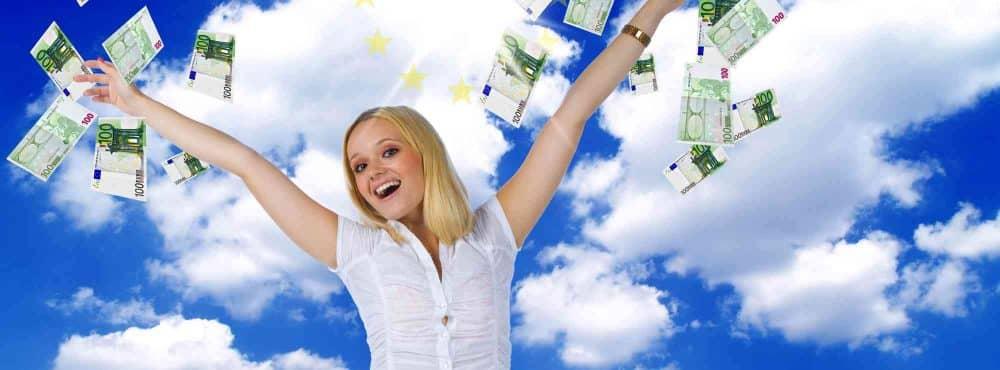 Frau wirft geschenktes Geld in den Himmel
