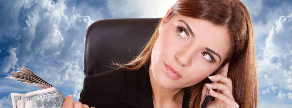 Junge Frau telefoniert und prüft ihren Schenkungsvertrag