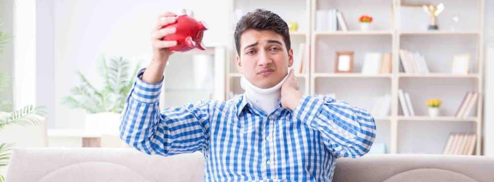 Mann mit Halskrause hat Sparschwein in der Hand