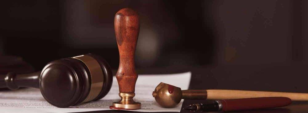 Testament und Gerichtshammer liegt am Tisch