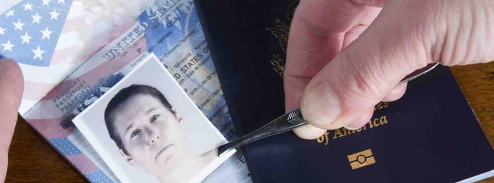 Mann setzt mit Pinzette falsches Bild in Reisepass ein