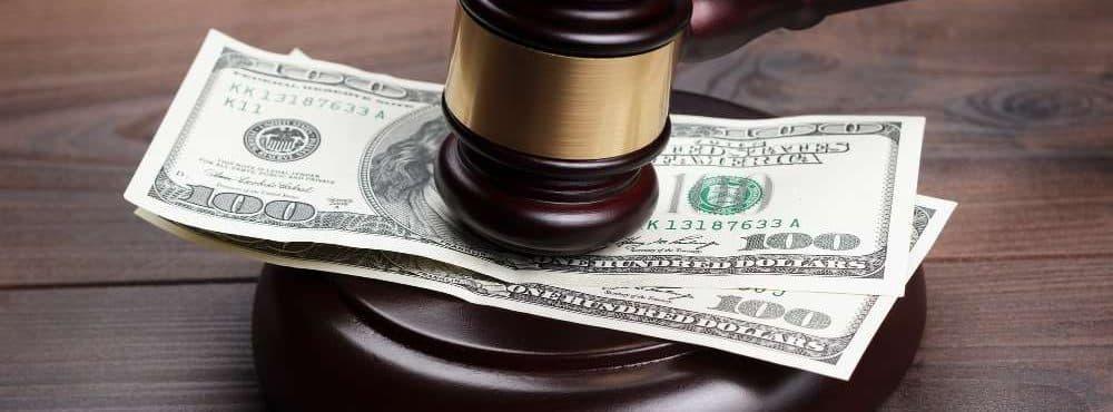 Geld liegt unter einem Richterhammer