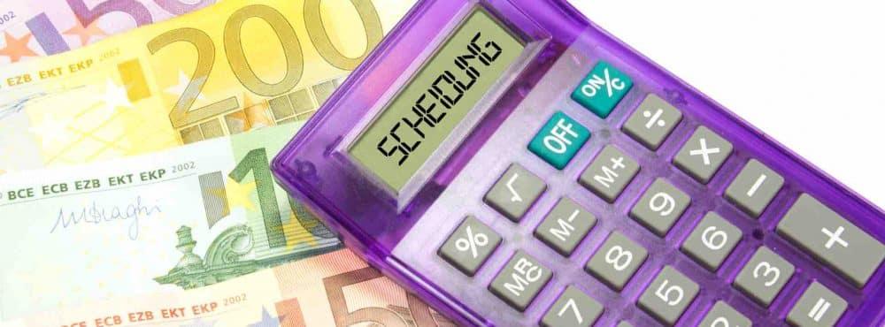 Taschenrechner liegt auf Geldscheinen