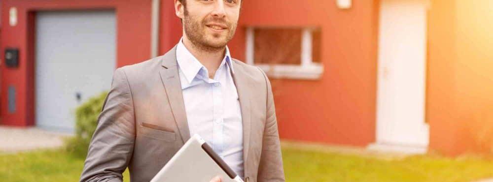 Anwalt mit Wohnungseigentumsvertrag
