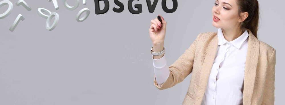 Junge Frau schreibt DSGVO in die Luft