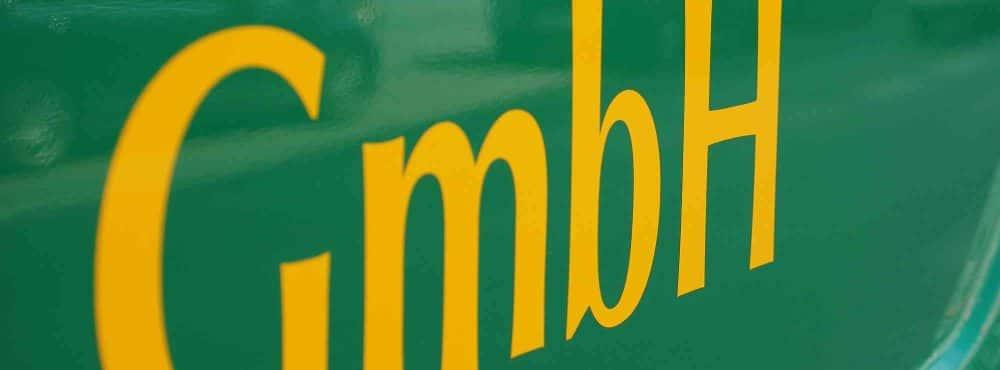 GmbH auf grünem Hintergrund