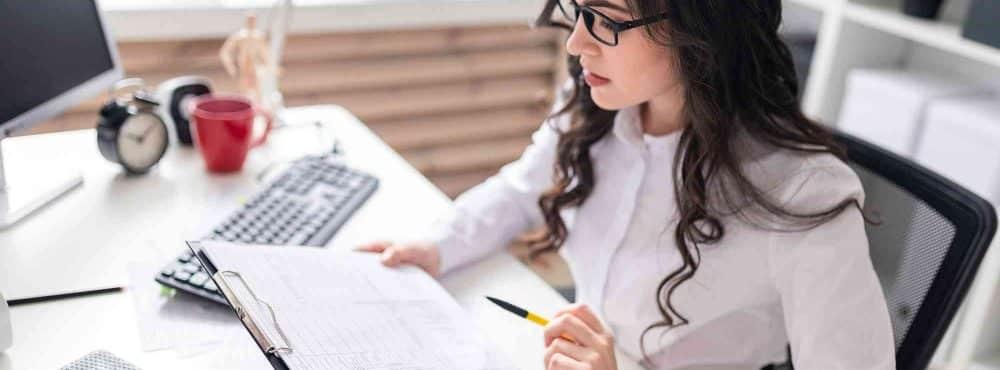 Junge Notarin prüft den Vorsorgevollmacht
